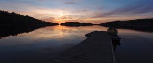 Auringonlasku Syväniemen leiripaikalla.