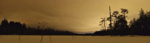 Iltatunnelmia Koukkurahkasta. Tampereen suunnan valot heijastuvat pilvistä ja valaisevat maiseman pilvisenä iltana.