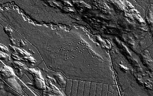 Myllykankaan - Hundbackan asuinapaikan laserkuva. Halkaisijaltaan jopa yli 10 m kodanpohjia on tasaisella kankaalla yli 50 kpl. Kuvassa näkyy myös heikkoja rantavalleja. Avomeri oli vasemmalla ylhäällä. Kuvan oikeassa laidassa puolestaan näkyy kaksi isoa tervahautaa.