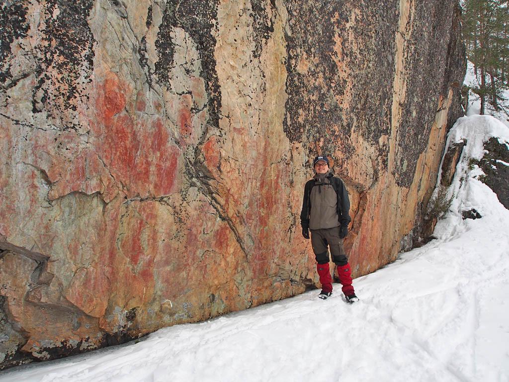 Minä ja Värikallion maalaus. Värikallio on vaikuttava näky, kuvia on paljon ja pienellä alueella.