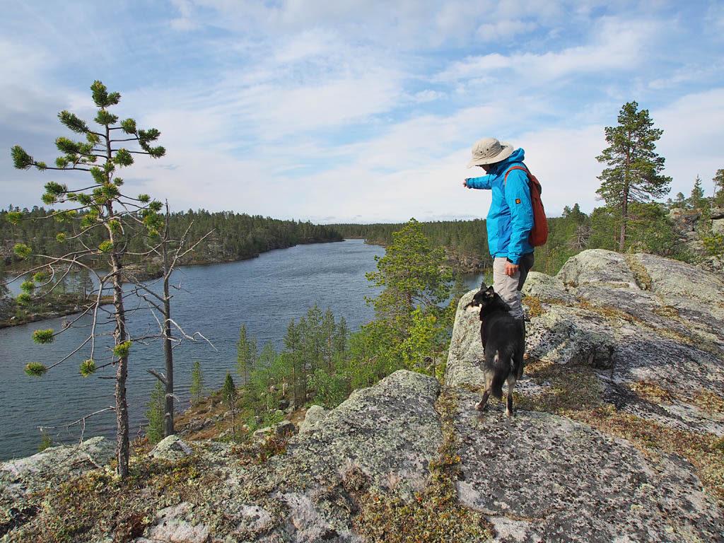 Rupisuolijärvella on useita hienoja rantakallioita, joista korkein tarjoaa komeat näköalat ympäristöön.