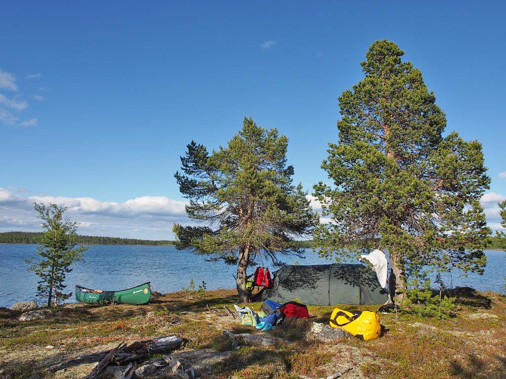 Leiri Vainoslompolon etelärannalla pienessä niemessä.