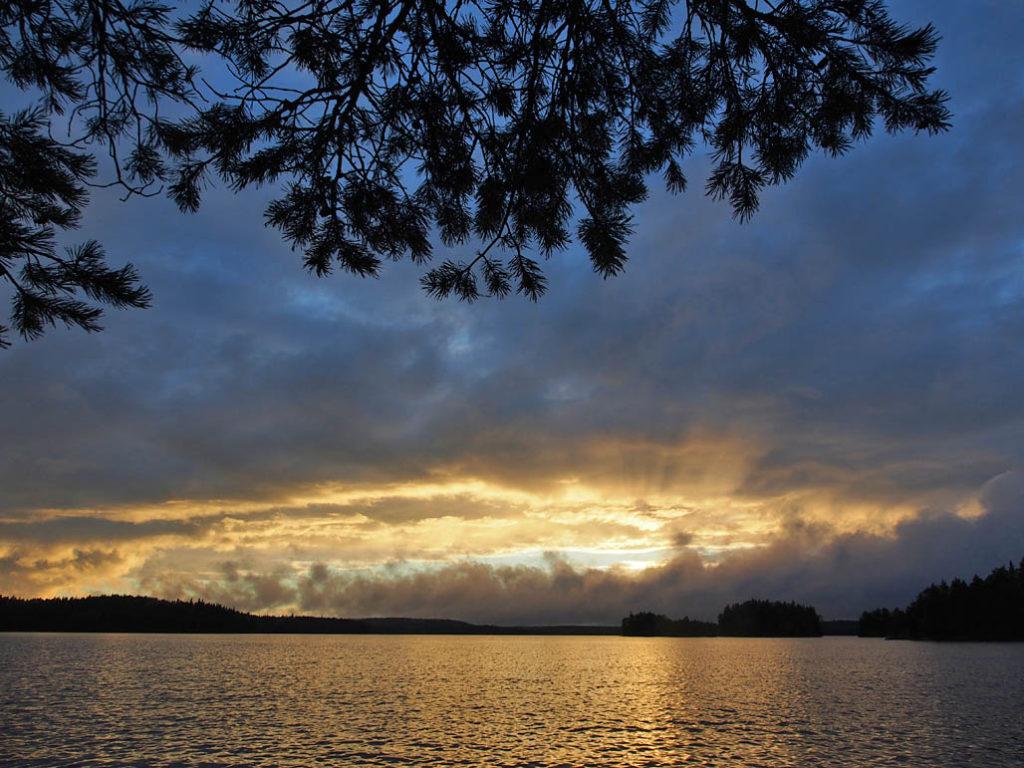 Aurinko kultasi taivaanrannan ennen himmenemistään.